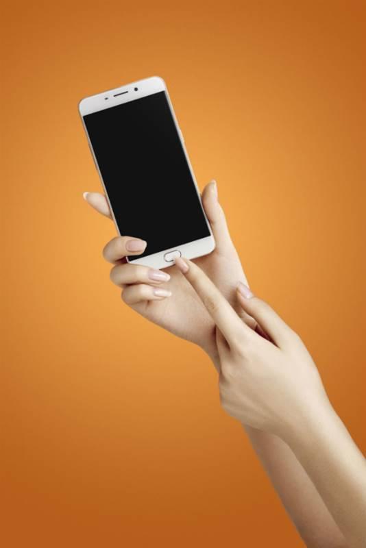 Minimal, smartphone buat traveling itu harus enak digenggam tangan.