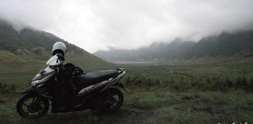 Saya beristirahat di Lembah Teletubies dekat Gunung Bromo