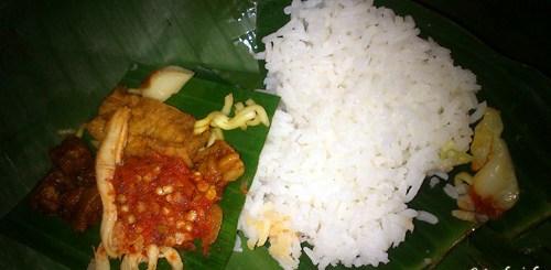 Nasi Jinggo lengkap dengan sambal pedas dan lauknya.