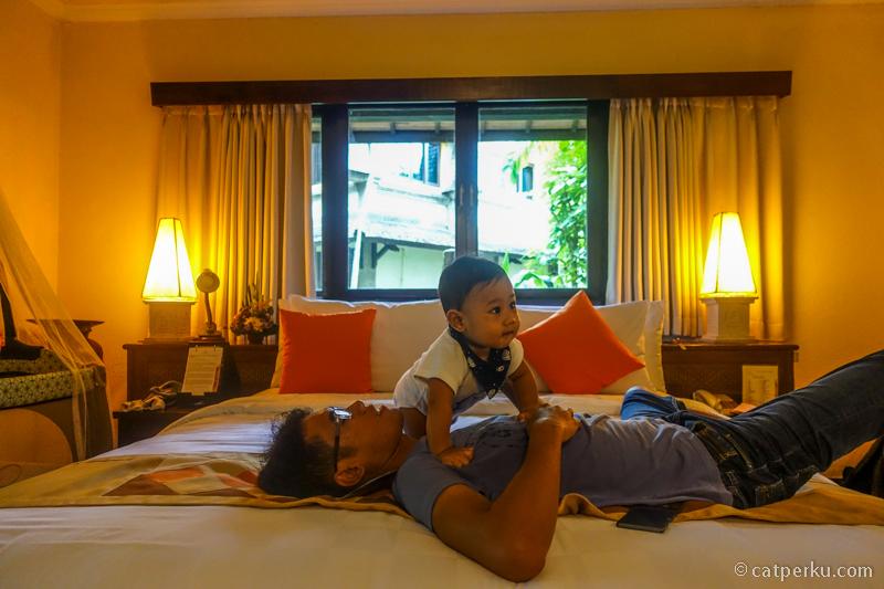 Nggak salah pilih hotel, karena si bocah seneng banget ternyata