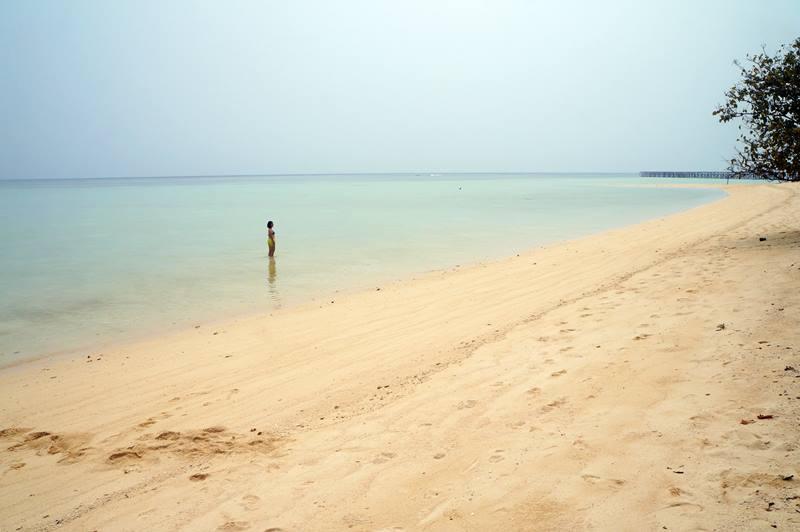 Nggak suka menyelam, kalian bisa bersantai di Pantai