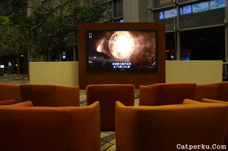 Nonton TV di bandara juga seru ternyata :D