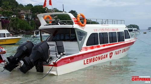 Jika ingin merasakan serunya menyeberangi selat bali dengan penuh goncangan, Fastboat seperti ini adalah pilihan utama.