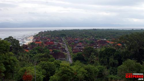Jungut Batu yang terlihat dari the hill ini merupakan tempat dimana konsentrasi tempat menginap murah berada.