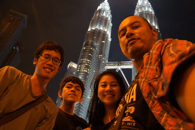 <em>Officially tourist!?</em> Wajah senang karena sudah selesai berburu tempat makan di Kuala Lumpur yang enak. Kurang seorang lagi sih ini, si Alex yang lagi asik cari angle foto Petronas twin towers yang bagus :D