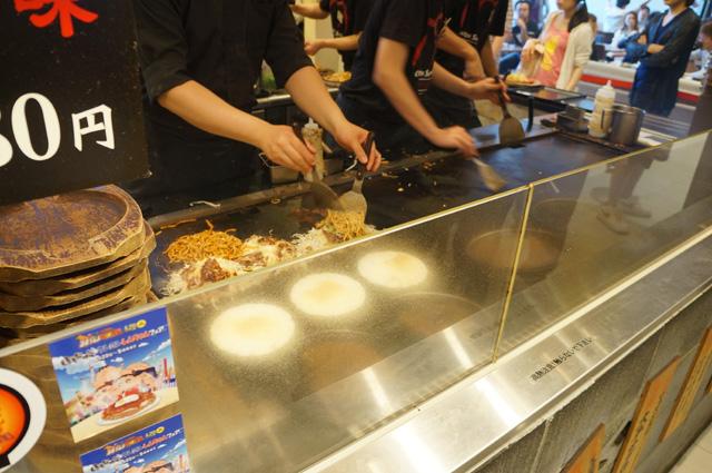 Okonomiyaki pesanan orang yang hampir siap, masih dimasak diatas teppan berukuran besar :D *saya mengintip sambil mengantri*