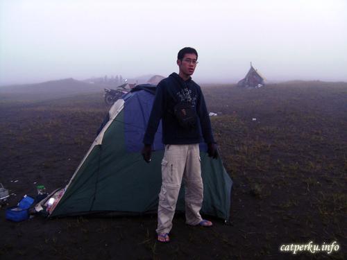 Entah berapa derajat suhunya, tetapi menyenangkan sekali bisa camping di dekat Gunung Bromo