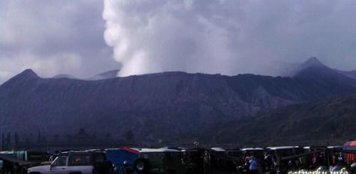 Gunung Bromo yang terus mengeluarkan asap