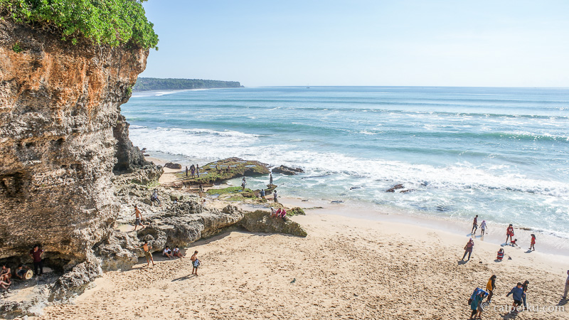 Pada siang hari pantai ini ramai dengan turis