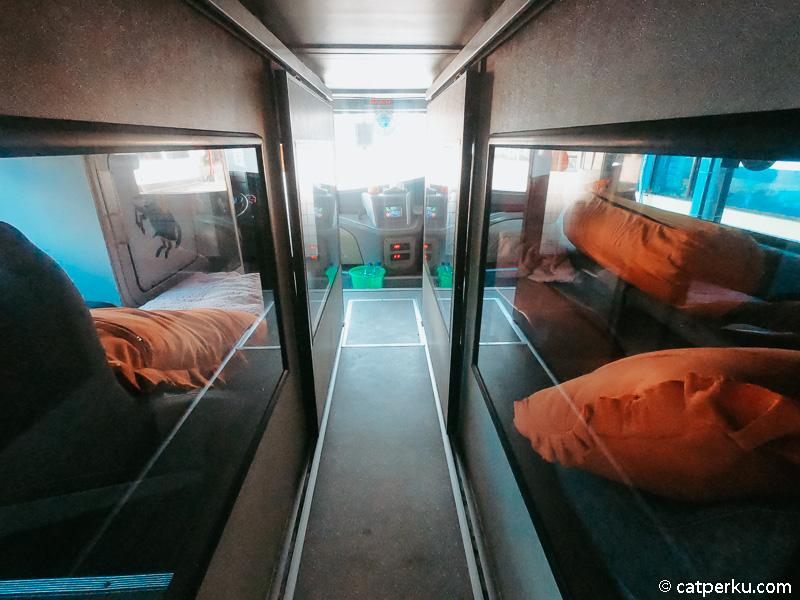 Pada sleeper bus double decker ini hanya terdapat dua cabin sleeper saja. Jadi tiket sangat terbatas.
