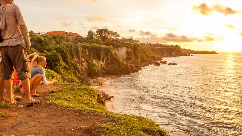 Paling asik menikmatinya dari puncak bukit yang berada tak jauh disebelah Pantai Tegal wangi.