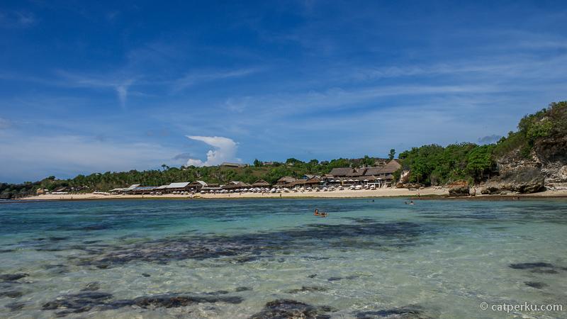 Pantai Balangan ini dulu termasuk pantai tersembunyi di Bali, namun sekarang tidak lagi. Pantai ini makin hits dan populer. Terus kalau lagi surut gini Pantai Balangan juga makin keren!