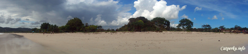 Selain memiliki pasir putih sehalus tepung, di Pantai Selong Belanak ini bisa ditemukan penjual seafood yang murah dan enak.