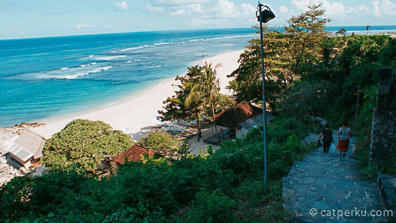 Pantai Sawangan Bali terlihat dari atas jalan rahasia menuju ke pantai.