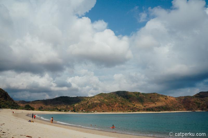 Kalau Pantai Mawun itu pantai yang paling asik buat berenang ya.