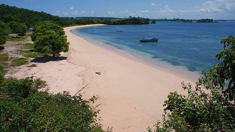 Pantai Tangsi, salah satu pantai unik yang hanya ada di Lombok