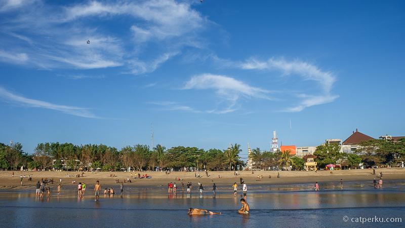Pantai ini adalah salah satu yang terpopuler di Bali