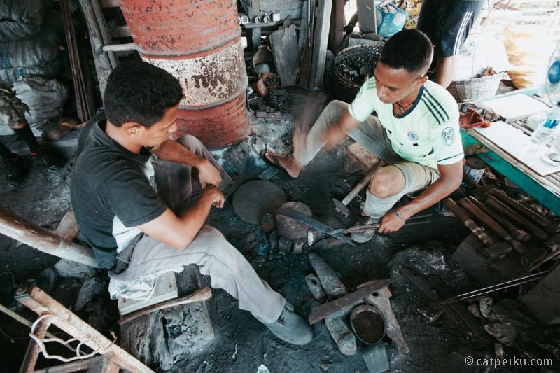 Para pandai besi di Pulau Binongko