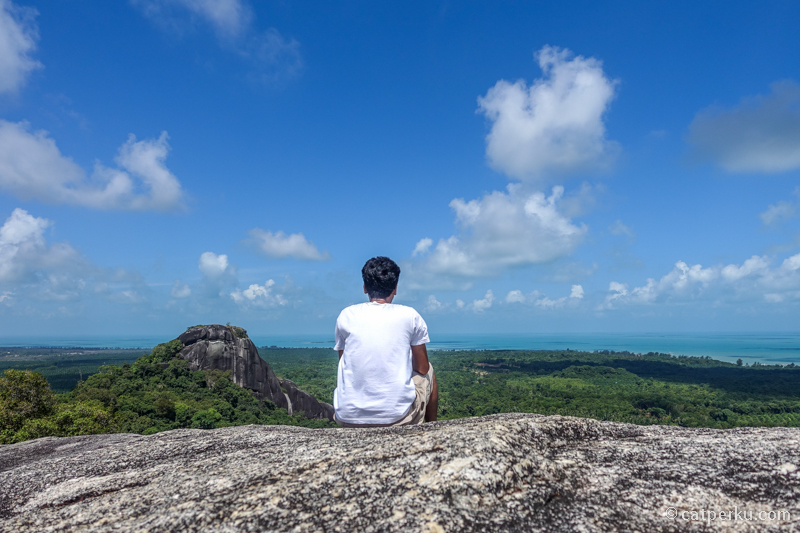 Kesempatan traveling gratis ke Belitung ini tak saya sia-siakan. Saya gunakan untuk menikmati pemandangan dari Puncak Batu Baginde!