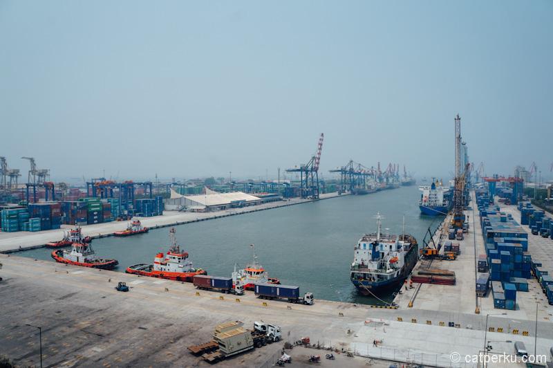 Pemandangan salah satu terminal pelabuhan dilihat dari atas gedung