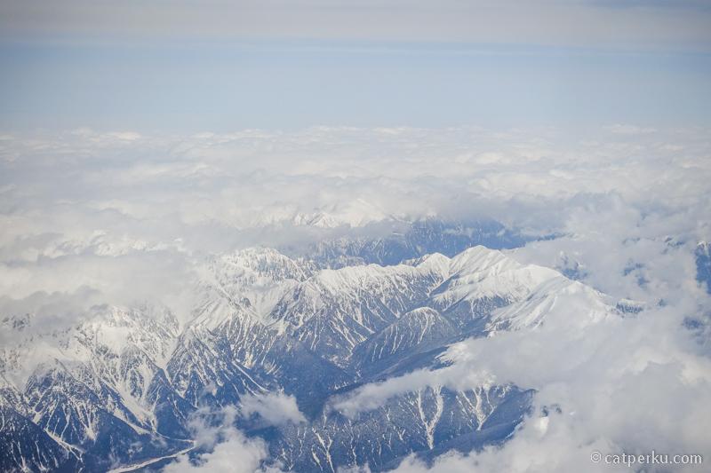 Pemandangan selama terbang ke Kanazawa dari Haneda. Sepertinya ini rangkaian pegunungan Tateyama
