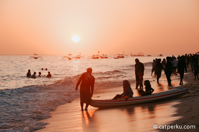 Pemandangan sunset di Pantai Pandawa tak kalah dengan sunset pantai di Bali lainnya.