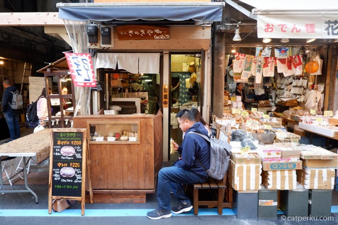Pembeli Taiyaki, kue berbentuk ikan khas Jepang