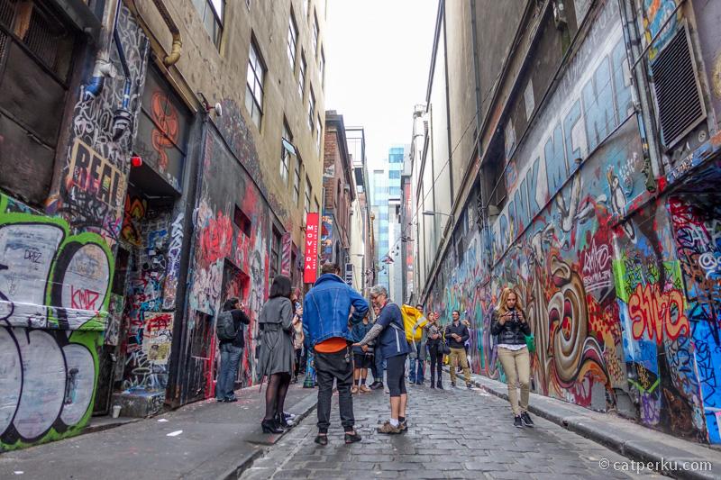 Penyuka seni dan mural art wajib dong mampir ke Hosier lane.