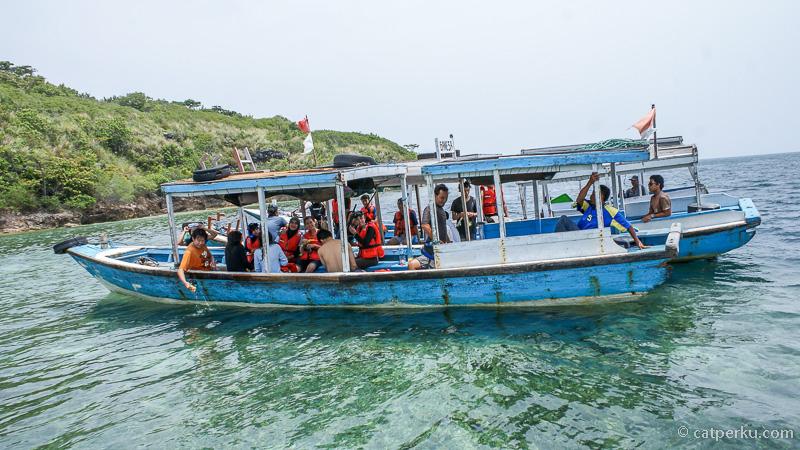 Perahu yang mengantarkan untuk snorkeling di Menjangan Island