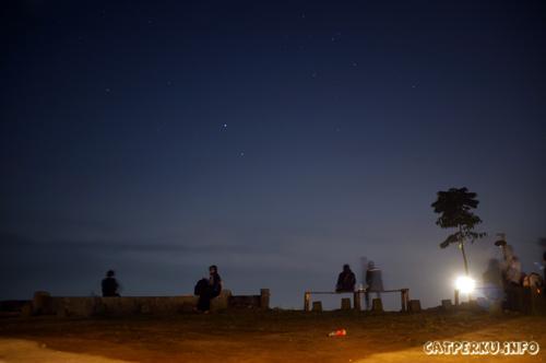 Pemandangan malam dengan bintang seperti ini bisa dilihat dari Bukit Moko, Bandung kalau lagi cerah cuacanya :)
