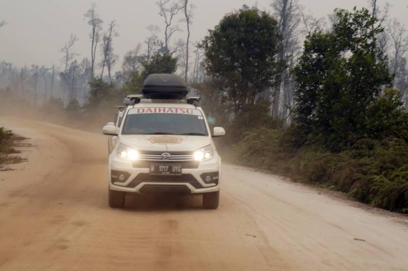 Perjalanan Palangkaraya-Banjarmasin yang melelahkan membuat tim Terios 7 Wonders Borneo Wild Adventure kelaparan!