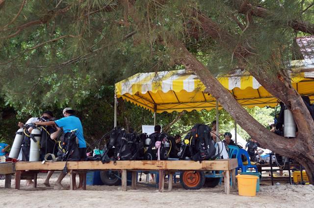 Perlengkapan scuba diving di Pulau Sapi.