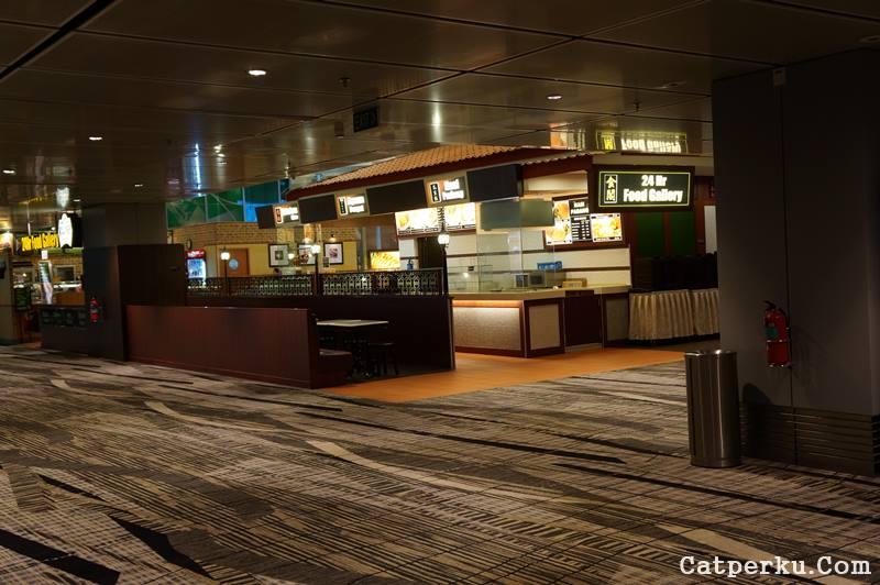 Perut lapar ketika transit Tinggal makan! Jangan sampai shock dengan harga makanan di bandara ya!