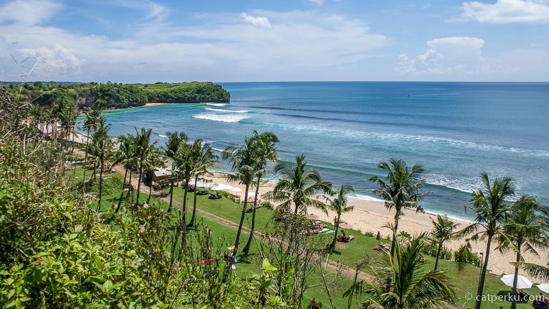 Pohon kelapa yang banyak bertebaran adalah ciri khas Pantai Balangan ini