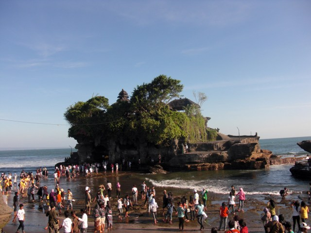 Daratan yang menghubungkan Tanah Lot dengan Pulau Bali ini hanya terlihat ketika air laut sedang surut.