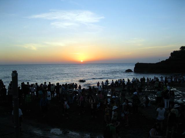Pura Tanah lot juga memiliki pemandangan matahari terbenam Bali yang cakep loh :D