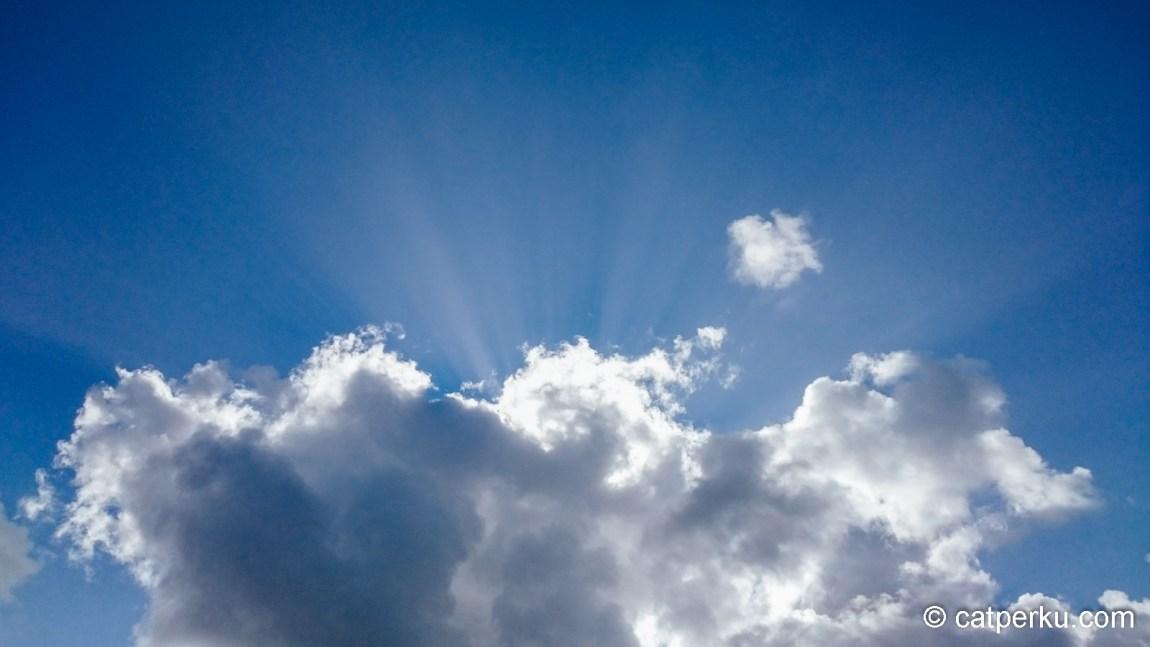 Ray of light yang bisa ditangkap oleh kamera smartphone saya
