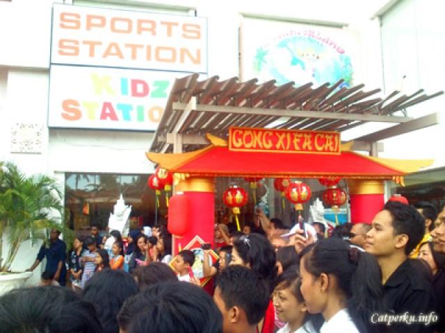 Tidak cuma saya, tetapi ada puluhan penonton yang cukup terhibur dengan pertunjukan barongsai di Bali Discovery Shopping Mall ini