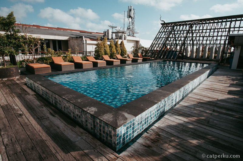 Roof top pool di Sun Island Hotel And Spa Legian ini bisa disulap menjadi wedding venue lho!
