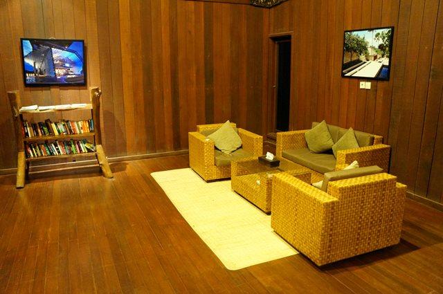 Ruang tamu monsoon lodge dengan sofa dan buku - buku.