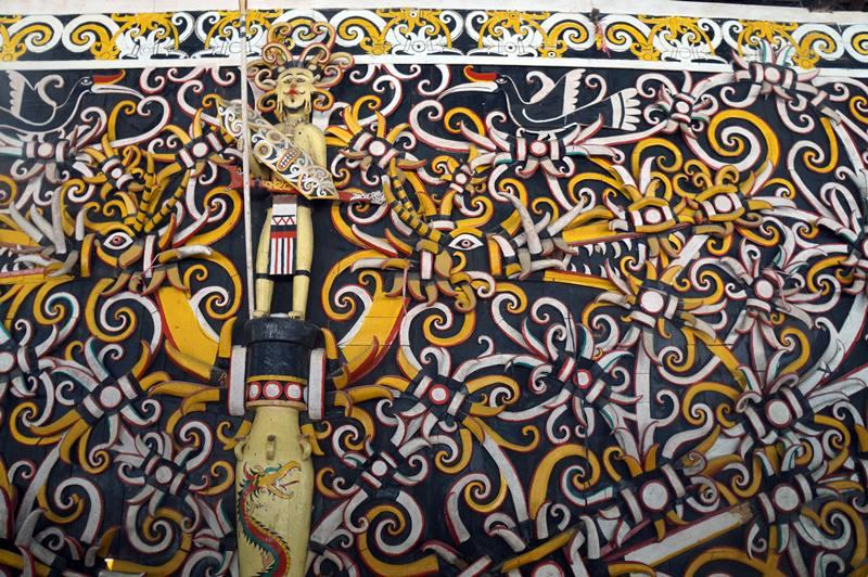Rumah lamin ini terbuat dari Kayu Ulin dan dipenuhi ukiran khas Suku Dayak