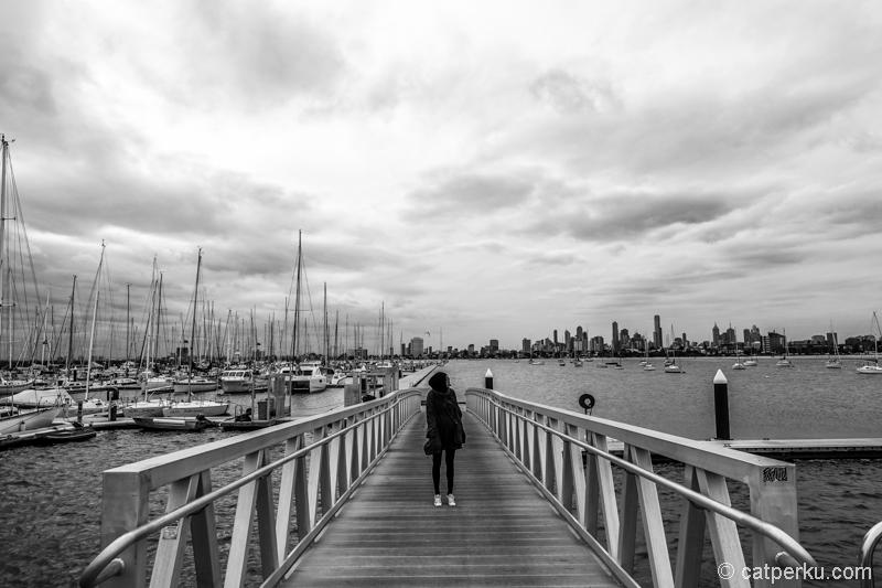 Saint Kilda Beach dengan kota Melbourne sebagai latar belakangnya.