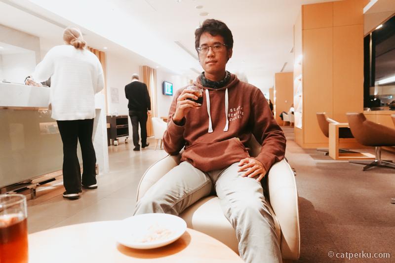 Sakura lounge, di Bandara Narita. Fotonya kurang kece saya, padahal loungenya bagus. Free flow drinks! #EH!