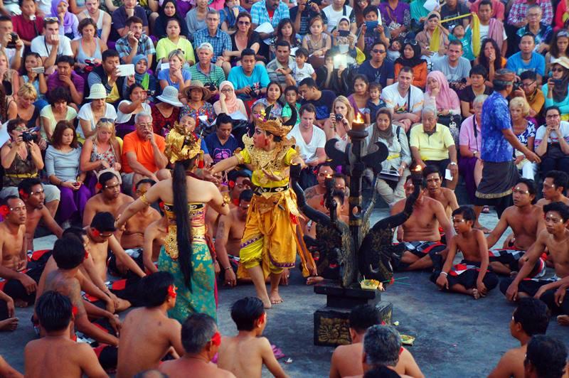 Salah satu adegan di Tari Kecak di Uluwatu Bali.