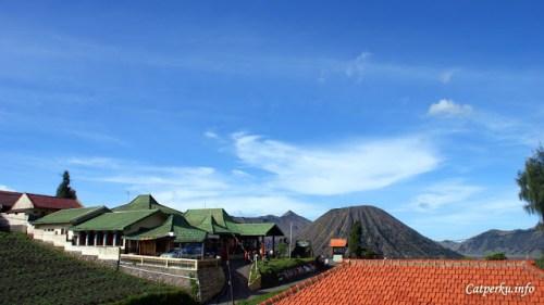Salah satu lokasi yang pernah saya gunakan untuk tempat menginap di Bromo. Pemandangannya bagus kan? Tepat berada di samping Gunung Bromo.
