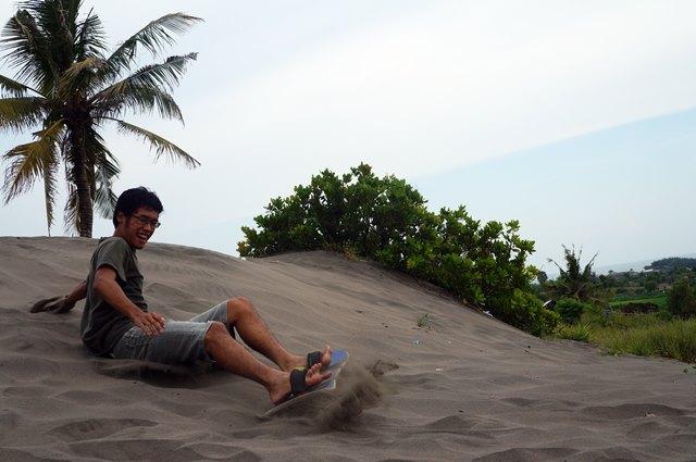 Sandboarding ini bahkan lebih susah dari surfing di Bali lho :|