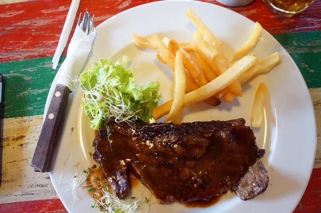 Satu porsi Australian Sirloin Steak di Aglioo Pasta and Pizza harganya IDR 75K.