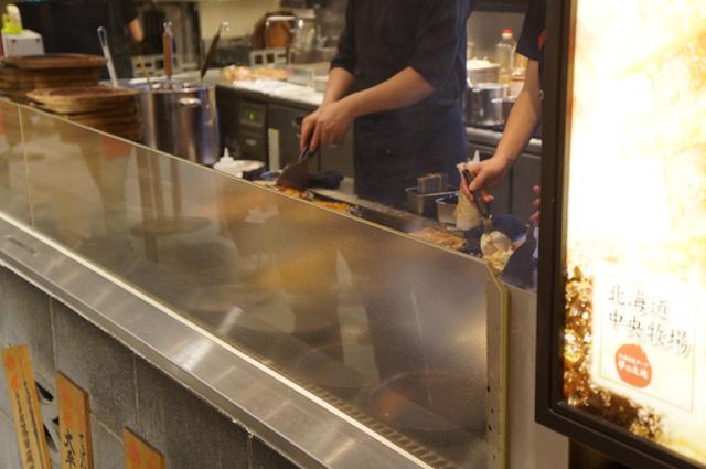 Saya juga kagum dengan kesigapan para koki memasak Okonomiyaki! Cepet banget kakaaa~