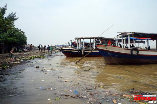 Laut berwarna cokelat dan laut penuh sampah adalah kombinasi yang pas :)