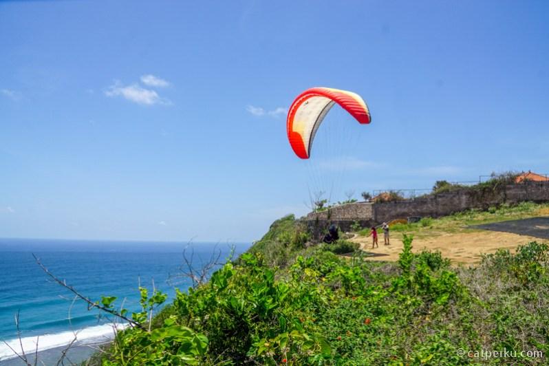 Sekarang. ada paragliding di dekat Pantai Nyang Nyang.